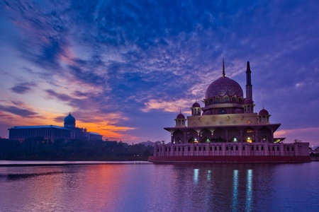 prayer tower: Putra Mosque Putrajaya in Malaysia, alba Archivio Fotografico