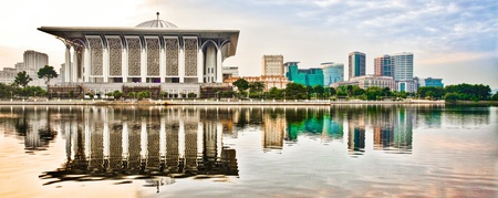 Tuanku Mizan or commonly known as The Iron Mosque in Putrajaya, Malaysia with its reflection on the lake surface. Other Putrajaya's bulidings completed its skyline. Standard-Bild