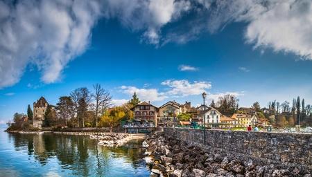 Aussicht auf die malerische Uferpromenade des mittelalterlichen Städtchens Yvoire, Frankreich