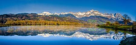 Aravis und ihre Reflexion an der Oberfläche des Lac du Passy Passy, ??Frankreich Standard-Bild