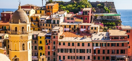 vernazza: View of the Vernazza fishing village in Cinque Terre, Italy  Stock Photo