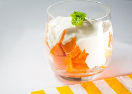 Papaya fette cubo con yogurt Archivio Fotografico