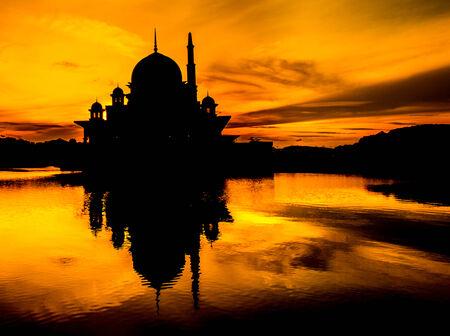 Putra Mosque剪影,在马来西亚的Putrajaya,早上