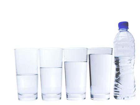 vasos de agua: Vasos de agua llena de la botella de agua mineral Foto de archivo