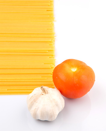 thin bulb: A clove of garlic, tomato and dried spaghetti