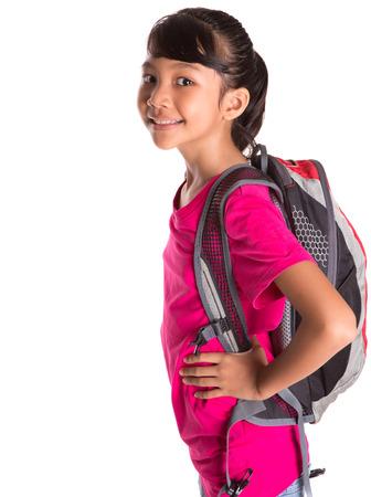 niño con mochila: Estudiante malayo asiática joven chica con una mochila
