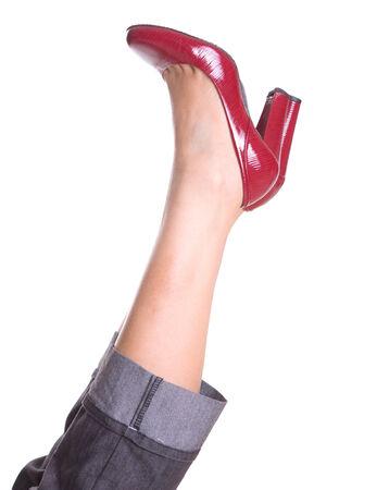 tacones rojos: Piernas de mujer con tacones rojos sobre blanco Foto de archivo