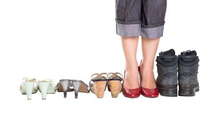 tacones rojos: Piernas de mujer con tacones rojos y zapatos viejos de m�s de blanco