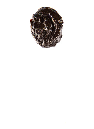 ciruela pasa: Ciruela seca o ciruela sobre fondo blanco