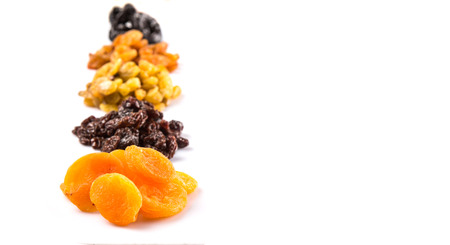 frutas secas: Mezclar variedad de frutos secos sobre fondo blanco