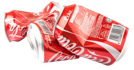 cola canette: Kuala Lumpur, Malaisie - le 14 Janvier, 2015: Un groupe de froiss�s canettes de Coca-Cola. �ditoriale