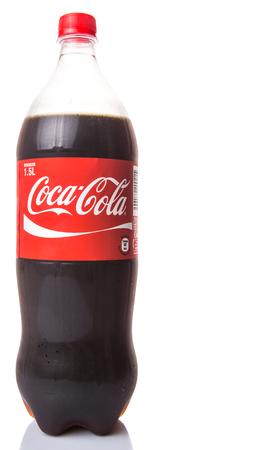 multinacional: KUALA LUMPUR, MALASIA - 23 DE ENERO 2015. bebidas Coca Cola son producidos y fabricados por The Coca-Cola Company, una empresa multinacional de Am�rica y se venden en m�s de 200 pa�ses del mundo. Editorial