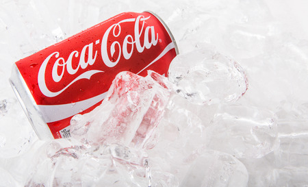 multinacional: KUALA LUMPUR, Malasia - 2 DE FEBRERO 2015. bebidas Coca Cola en el hielo. Bebidas Coca Cola son producidos y fabricados por The Coca-Cola Company, una corporaci�n multinacional de bebidas de Am�rica.