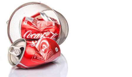 cola canette: KUALA LUMPUR, MALAISIE - 6 f�vrier 2015. canettes de Coca-Cola Recycling. Boissons de Coca-Cola sont produits et fabriqu�s par la soci�t� Coca-Cola, une soci�t� am�ricaine de boissons multinationale