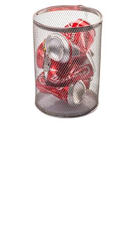 multinacional: KUALA LUMPUR, Malasia - el 6 de febrero de 2015. El reciclaje de latas de Coca Cola. Bebidas Coca Cola son producidos y fabricados por The Coca-Cola Company, una corporaci�n multinacional de bebidas de Am�rica Editorial