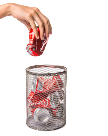 cola canette: KUALA LUMPUR, MALAISIE - 6 f�vrier 2015. canettes de Coca-Cola Recycling. Boissons de Coca-Cola sont produits et fabriqu�s par The Coca-Cola Company, une soci�t� am�ricaine de boissons multinationale.