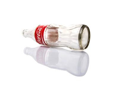 multinacional: KUALA LUMPUR, MALASIA - 7 DE FEBRERO, 2015. vac�a botella de Coca Cola. Bebidas Coca Cola son producidos y fabricados por The Coca-Cola Company, una corporaci�n multinacional de bebidas de Am�rica. Editorial