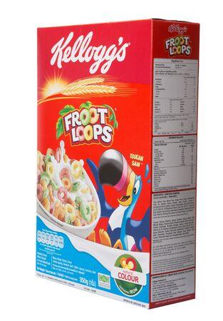 multinacional: KUALA LUMPUR, Malasia - el 24 de febrero de 2015. Kellogs Froot Loops. Fundada en 1906, Kellogg es una empresa de fabricaci�n de alimentos multinacional americana que los productos se venden en m�s de 180 pa�ses.