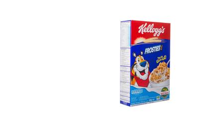 multinacional: KUALA LUMPUR, Malasia - el 24 de febrero de 2015. Kellog'ss Frosties cereal. Fundada en 1906, Kellogg es una empresa de fabricaci�n de alimentos multinacional americana que los productos se venden en m�s de 180 pa�ses. Editorial
