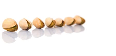 Saturated fats: Pistachos sobre fondo blanco