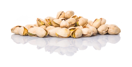grasas saturadas: Pistachos sobre fondo blanco