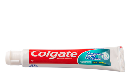 multinacional: PUTRAJAYA MALASIA 31 de mayo de 2015. pasta de dientes Colgate. El ColgatePalmolive Company es una compa��a de productos de consumo multinacionales estadounidense produciendo atenci�n de la salud del hogar y productos personales Editorial