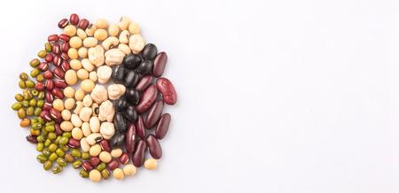 �beans: Guisantes del ojo morado de frijol mungo frijoles frijoles adzuki soja frijoles negros y frijoles rojos sobre fondo blanco