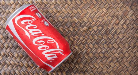 multinacional: PUTRAJAYA MALASIA junio 28 DE 2015. Coca Cola puede en el fondo de mimbre. Bebidas Coca Cola son producidos y fabricados por la empresa CocaCola una corporaci�n multinacional de bebidas de Am�rica.