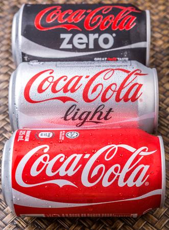 cola canette: PUTRAJAYA MALAISIE 28 JUIN 2015. canettes de Coca-Cola sur fond osier. Boissons de Coca-Cola sont produits et fabriqués par La CocaCola société une société américaine de boisson multinationale.