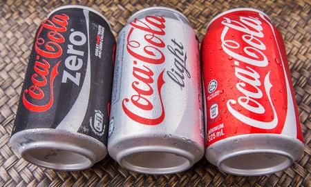 cola canette: PUTRAJAYA MALAISIE 28 JUIN 2015. canettes de Coca-Cola sur osier fond. boissons Coca Cola sont produits et fabriqués par La CocaCola société une société américaine de boisson multinationale.