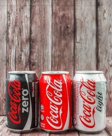 cola canette: PUTRAJAYA MALAISIE 28 JUIN 2015. canettes de Coca-Cola sur bois patiné. Boissons de Coca-Cola sont produits et fabriqués par La CocaCola société une société américaine de boisson multinationale.