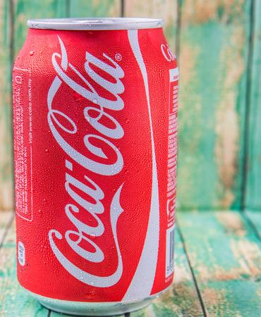 multinacional: Putrajaya, Malasia - el 5 de julio de 2015. Coca Cola en pueden resistido madera. Bebidas Coca Cola son producidos y fabricados por The Coca-Cola Company, una corporaci�n multinacional de bebidas de Am�rica.