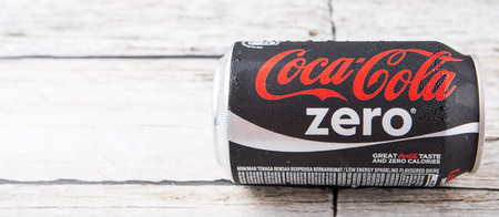 multinacional: Putrajaya, Malasia - el 5 de julio de 2015. Coca Cola Zero en madera desgastada. Bebidas Coca Cola son producidos y fabricados por The Coca-Cola Company, una corporaci�n multinacional de bebidas de Am�rica. Editorial
