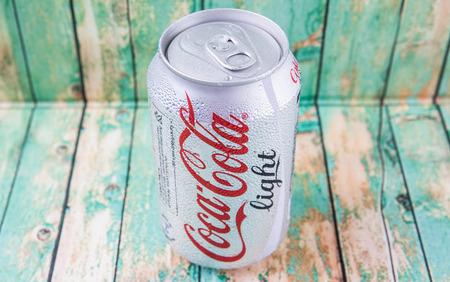 multinacional: Putrajaya, Malasia - el 5 de julio de 2015. Coca Cola Light en madera desgastada. Bebidas Coca Cola son producidos y fabricados por The Coca-Cola Company, una corporaci�n multinacional de bebidas de Am�rica. Editorial