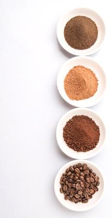 cacao: Los granos de café, café en polvo, polvo de chocolate y té procesado las hojas de bebidas en tazones blancos sobre fondo blanco