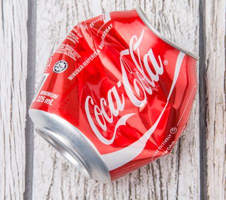 cola canette: PUTRAJAYA, Malaisie - 14 JUILLET 2015. canettes de Coca Cola froiss�. Boissons de Coca-Cola sont produits et fabriqu�s par The Coca-Cola Company, une soci�t� am�ricaine de boisson multinationale. �ditoriale