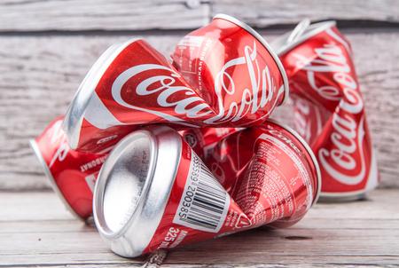 cola canette: PUTRAJAYA, Malaisie - 14 JUILLET 2015. canettes de Coca Cola froissé. Boissons de Coca-Cola sont produits et fabriqués par The Coca-Cola Company, une société américaine de boisson multinationale. Éditoriale