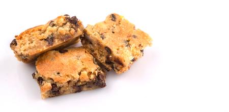 galleta de chocolate: Dulce barra brownie de postre con chips de chocolate sobre el fondo blanco Foto de archivo