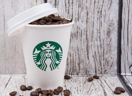 PUTRAJAYA, MALAYSIA - 20. Juli, Kaffeebohnen in Starbucks Pappbecher. Starbucks wurde 1971 gegründet und ist das größte Kaffeehausunternehmen der Welt. Standard-Bild - 42416161