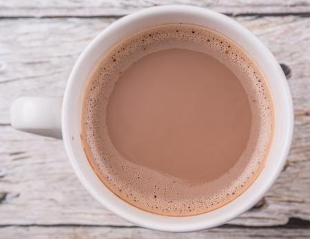 chocolate caliente: Una taza de chocolate caliente sobre fondo de madera Foto de archivo