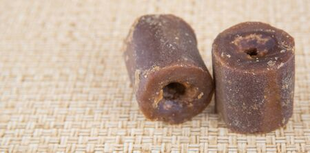 Coco azúcar de savia de palma o localmente saben como gula Melaka sobre el fondo de mimbre Foto de archivo - 44699889