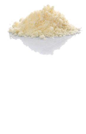 grated cheese: Queso rallado sobre el fondo blanco