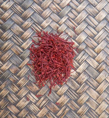 safran: Dried saffron spices over wicker background