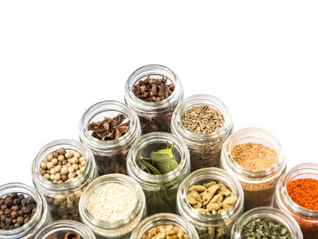 especias: Secos especias y hierbas diversas sobre el fondo blanco