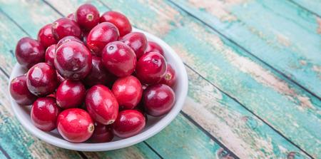 arandanos rojos: Los ar�ndanos fruta sobre fondo de madera