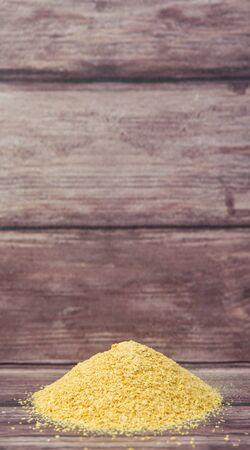 levadura: Secado levadura de panadería sobre fondo de madera