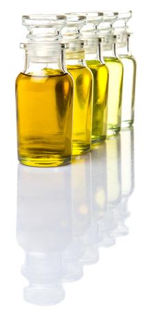 Avocadoöl, Olivenöl, Sesamöl, Traubenkernöl und Maisöl in Glasfläschchen auf weißem Hintergrund