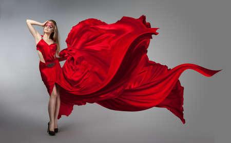 Blondine in windigen roten und weißen Kleid. Schönes Mädchen mit kreativen Make-up Standard-Bild