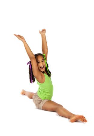 gimnasia aerobica: chica se dedica a la gimnasia. niño sentado en las divisiones. aislado en un fondo blanco