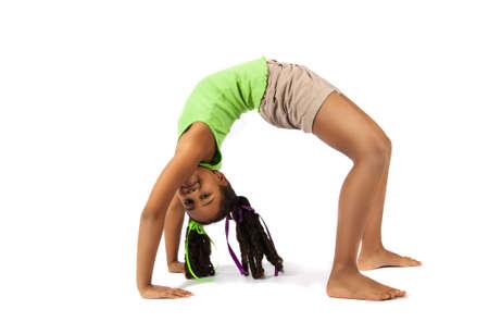 gimnasia ritmica: Beb� joven gimnasta art�stica que hace el puente, aislado